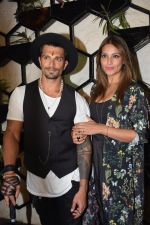 Bipasha Basu at Karan Singh Grover Live Performing Gig in Arth Bandra on 25th Nov 2017 (6)_5a1bad1fca519.JPG
