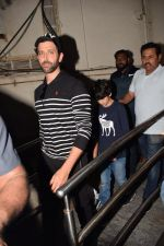 Hrithik Roshan Spotted At Juhu PVR on 26th Nov 2017 (3)_5a1bb3b7e0ab1.JPG