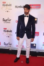 Hrithik Roshan at the Red Carpet Of Filmfare Glamour & Style Awards on 1st Dec 2017 (258)_5a22461a74a8f.JPG
