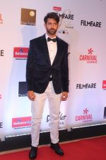 Hrithik Roshan at the Red Carpet Of Filmfare Glamour & Style Awards on 1st Dec 2017 (262)_5a22461cc99cb.JPG