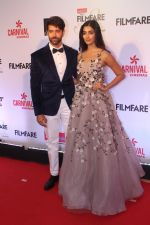 Hrithik Roshan, Pooja Hegde at the Red Carpet Of Filmfare Glamour & Style Awards on 1st Dec 2017 (257)_5a2249604d23e.JPG