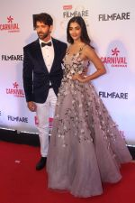 Hrithik Roshan, Pooja Hegde at the Red Carpet Of Filmfare Glamour & Style Awards on 1st Dec 2017 (260)_5a2249618ada1.JPG