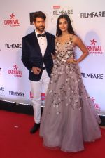 Hrithik Roshan, Pooja Hegde at the Red Carpet Of Filmfare Glamour & Style Awards on 1st Dec 2017 (262)_5a2249622db18.JPG