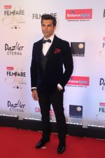 Karan Singh Grover at the Red Carpet Of Filmfare Glamour & Style Awards on 1st Dec 2017 (63)_5a22476278ed9.JPG