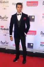 Karan Singh Grover at the Red Carpet Of Filmfare Glamour & Style Awards on 1st Dec 2017 (64)_5a2247631b313.JPG