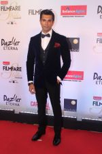 Karan Singh Grover at the Red Carpet Of Filmfare Glamour & Style Awards on 1st Dec 2017 (65)_5a224763a7c53.JPG