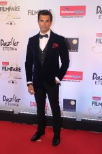 Karan Singh Grover at the Red Carpet Of Filmfare Glamour & Style Awards on 1st Dec 2017 (66)_5a224764966b4.JPG