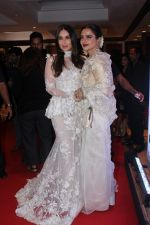 Kareena Kapoor, Rekha at the Red Carpet Of Filmfare Glamour & Style Awards on 1st Dec 2017