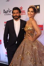 Sonam Kapoor, Harshvardhan Kapoor at the Red Carpet Of Filmfare Glamour & Style Awards on 1st Dec 2017 (216)_5a2245e7e78a8.JPG