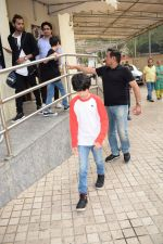Hrithik Roshan spotted with sons at pvr juhu on 3rd Dec 2017 (4)_5a24efab4d093.JPG