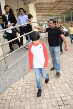 Hrithik Roshan spotted with sons at pvr juhu on 3rd Dec 2017 (5)_5a24efabde305.JPG