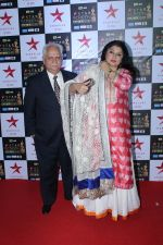 Ramesh Sippy, Kiran Juneja at the Red Carpet of Star Screen Awards in Mumbai on 3rd Dec 2017 (2)_5a24cf7a42103.JPG