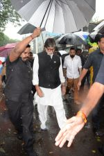 Amitabh Bachchan at Shashi Kapoor Funeral on 4th Nov 2017 (23)_5a2807ce1f1b9.jpg
