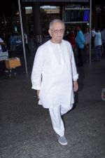 Gulzar Spotted At Airport on 6th Dec 2017 (1)_5a281cdf74398.JPG