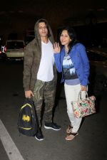 Karanvir Bohra With Wife Teejay Sidhu Spotted At Airport on 6th Dec 2017 (11)_5a28db5997050.JPG