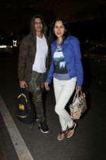 Karanvir Bohra With Wife Teejay Sidhu Spotted At Airport on 6th Dec 2017 (17)_5a28db5c3065c.JPG