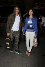 Karanvir Bohra With Wife Teejay Sidhu Spotted At Airport on 6th Dec 2017 (5)_5a28db55e3520.JPG