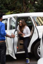 Bipasha Basu Spotted At Juhu on 12th Dec 2017 (2)_5a30d643bb38d.jpg