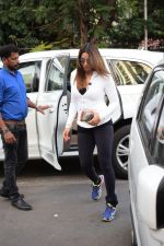 Bipasha Basu Spotted At Juhu on 12th Dec 2017 (5)_5a30d64563af9.jpg