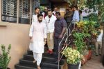 Abhishek Bachchan at the Final Rite Of Director Neeraj Vora on 14th Dec 2017 (89)_5a3371c13f70d.JPG