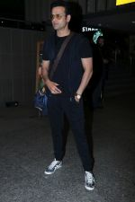 Rohit Roy Spotted At Airport on 14th Dec 2017 (1)_5a3372a3b358e.JPG