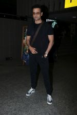 Rohit Roy Spotted At Airport on 14th Dec 2017 (10)_5a3372b2769b4.JPG