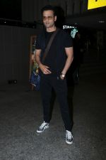 Rohit Roy Spotted At Airport on 14th Dec 2017 (12)_5a3372b46cc67.JPG