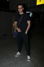 Rohit Roy Spotted At Airport on 14th Dec 2017 (13)_5a3372b55e1ea.JPG