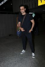 Rohit Roy Spotted At Airport on 14th Dec 2017 (2)_5a3372a818256.JPG