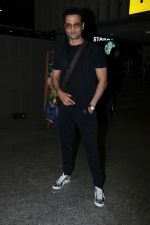 Rohit Roy Spotted At Airport on 14th Dec 2017 (6)_5a3372ae3920f.JPG