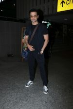 Rohit Roy Spotted At Airport on 14th Dec 2017 (7)_5a3372af578e9.JPG