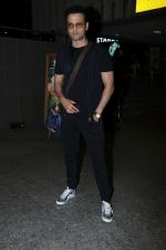 Rohit Roy Spotted At Airport on 14th Dec 2017 (9)_5a3372b191f15.JPG