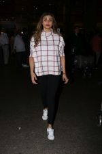 Daisy Shah Spotted At Airport on 16th Dec 2017 (12)_5a352125d3c80.JPG