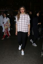 Daisy Shah Spotted At Airport on 16th Dec 2017 (7)_5a352111adfec.JPG