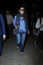 Kajol Spotted At Airport on 16th Dec 2017 (11)_5a35210738d21.JPG