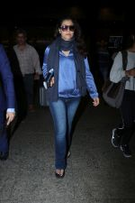 Kajol Spotted At Airport on 16th Dec 2017 (12)_5a352108e4d96.JPG