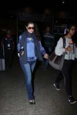 Kajol Spotted At Airport on 16th Dec 2017 (2)_5a352101579aa.JPG
