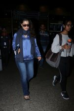 Kajol Spotted At Airport on 16th Dec 2017 (3)_5a352101ef738.JPG