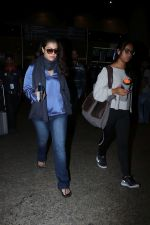 Kajol Spotted At Airport on 16th Dec 2017 (4)_5a3521028f499.JPG