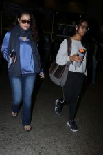Kajol Spotted At Airport on 16th Dec 2017 (5)_5a352103594c7.JPG