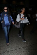 Kajol Spotted At Airport on 16th Dec 2017 (7)_5a352104a44d8.JPG