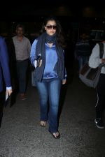 Kajol Spotted At Airport on 16th Dec 2017 (9)_5a352105e2de5.JPG