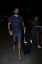 Zaheer Khan Spotted At Airport on 16th Dec 2017 (1)_5a352126189d3.JPG