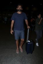 Zaheer Khan Spotted At Airport on 16th Dec 2017 (14)_5a35212e83900.JPG