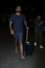Zaheer Khan Spotted At Airport on 16th Dec 2017 (15)_5a35212f26364.JPG
