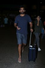 Zaheer Khan Spotted At Airport on 16th Dec 2017 (6)_5a352129782bd.JPG