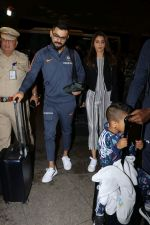 Anushka Sharma, Virat Kohli spotted at Airport on 27th Dec 2017 (14)_5a44c1aea3d6c.JPG
