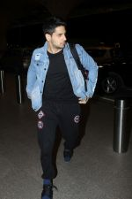Sidharth Malhotra Spotted At Airport on 29th Dec 2017 (1)_5a45c078d139a.JPG