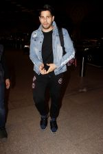 Sidharth Malhotra Spotted At Airport on 29th Dec 2017 (3)_5a45c07d03e05.JPG