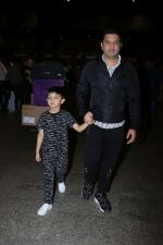 Bhushan Kumar with Son Spotted At Airport on 1st Jan 2018 (13)_5a4b2c0cf00bd.JPG